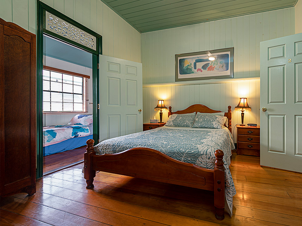 Pitstop-Lodge-Queen-size-Bedroom